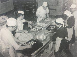 昭和30年1月、完成したパン工場でコンコンブル作りのお手伝いをする女子部生徒