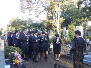 卒業年次生が創立者の墓前で礼拝
