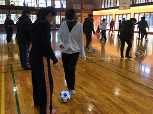 ブラインドサッカー体験を通してコミュニケーションを学ぶ